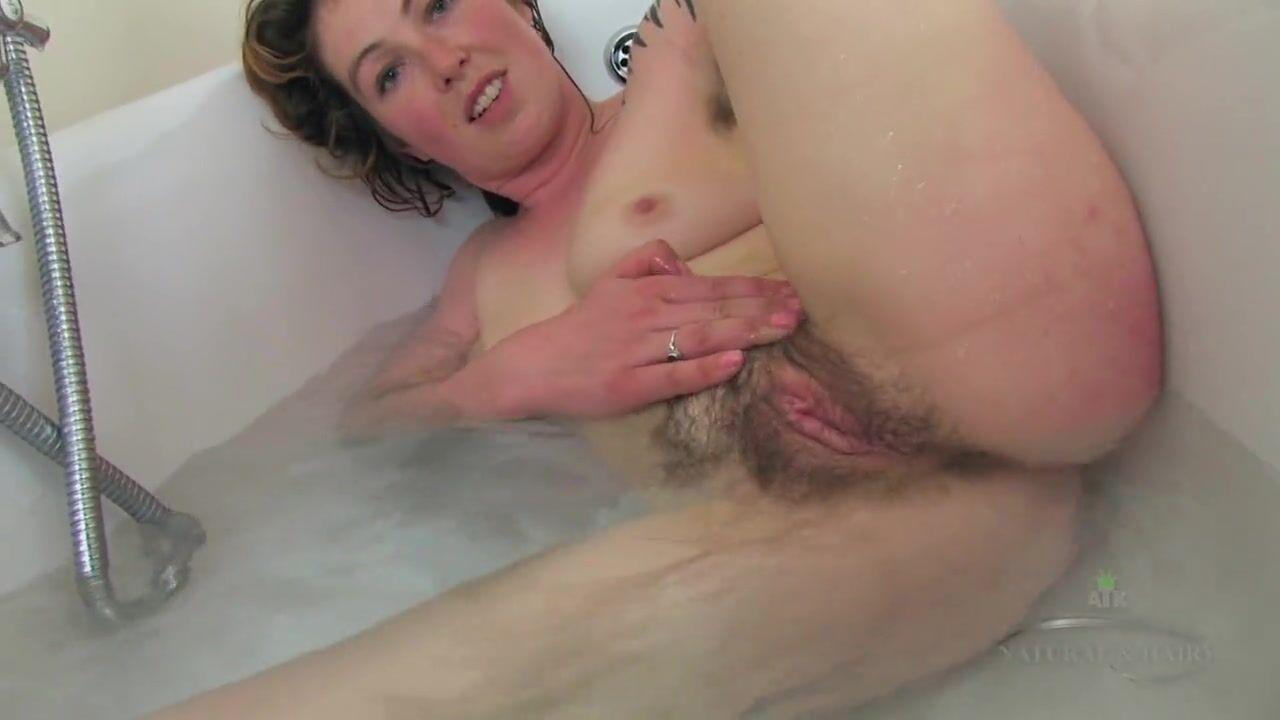 Девушка Дома В Ванной Показывает Свою Киску