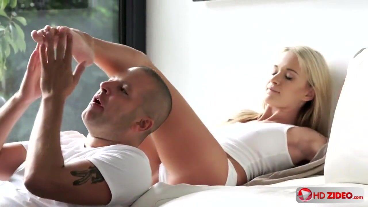 Сексуальная Блондинка, Стоя В Надувном Бассейне, Облила Своё Тело Маслом Смотреть