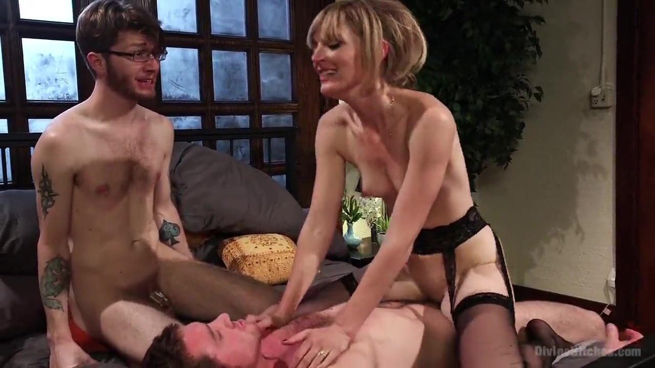 Страпон секс с мужчиной в женском белье красный цвет в женском белье