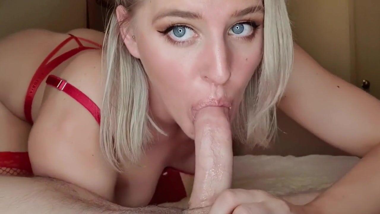 Сексуальная блондинка сосет член парня и трахается