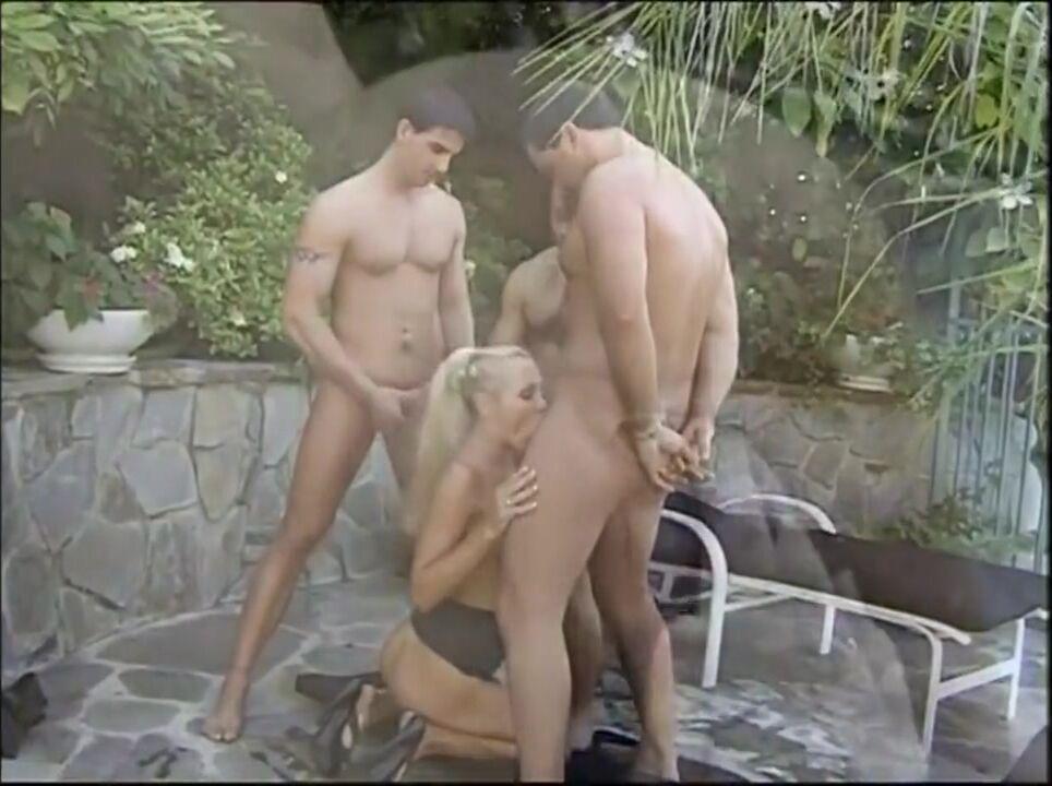 Двойное и тройное проникновение во время группового секса